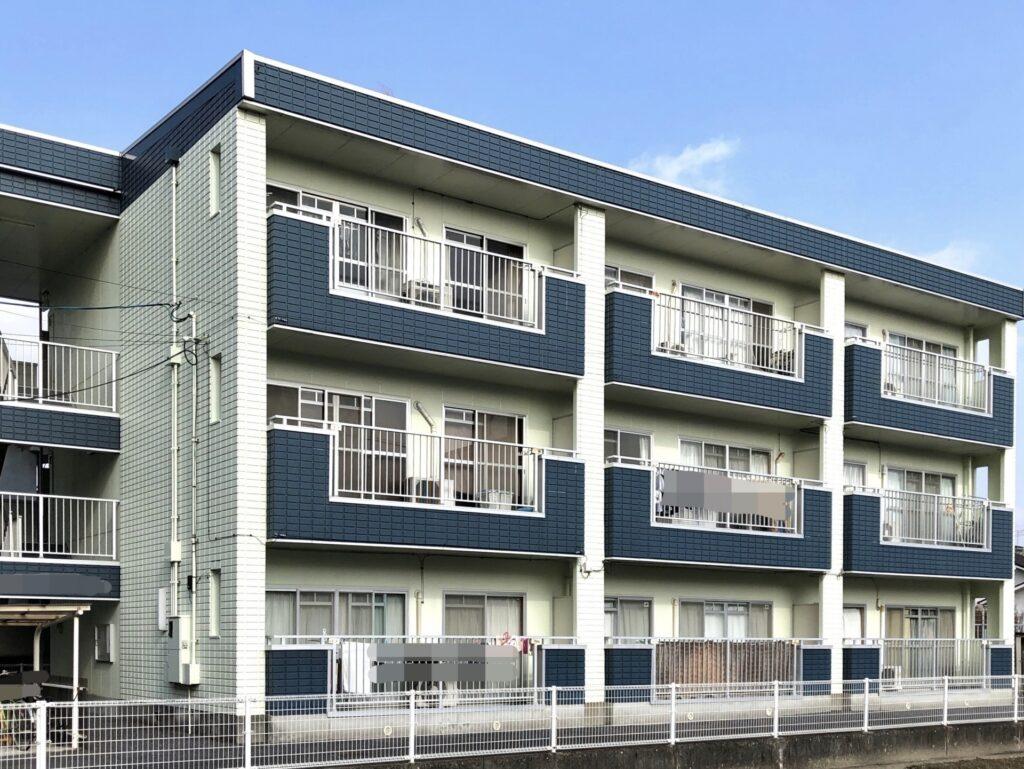 紺と白の3階建てアパート
