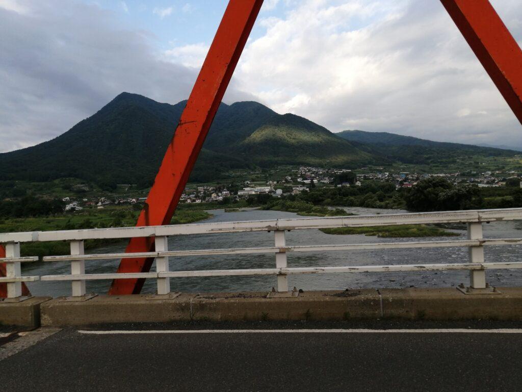 橋の上から見る山と川