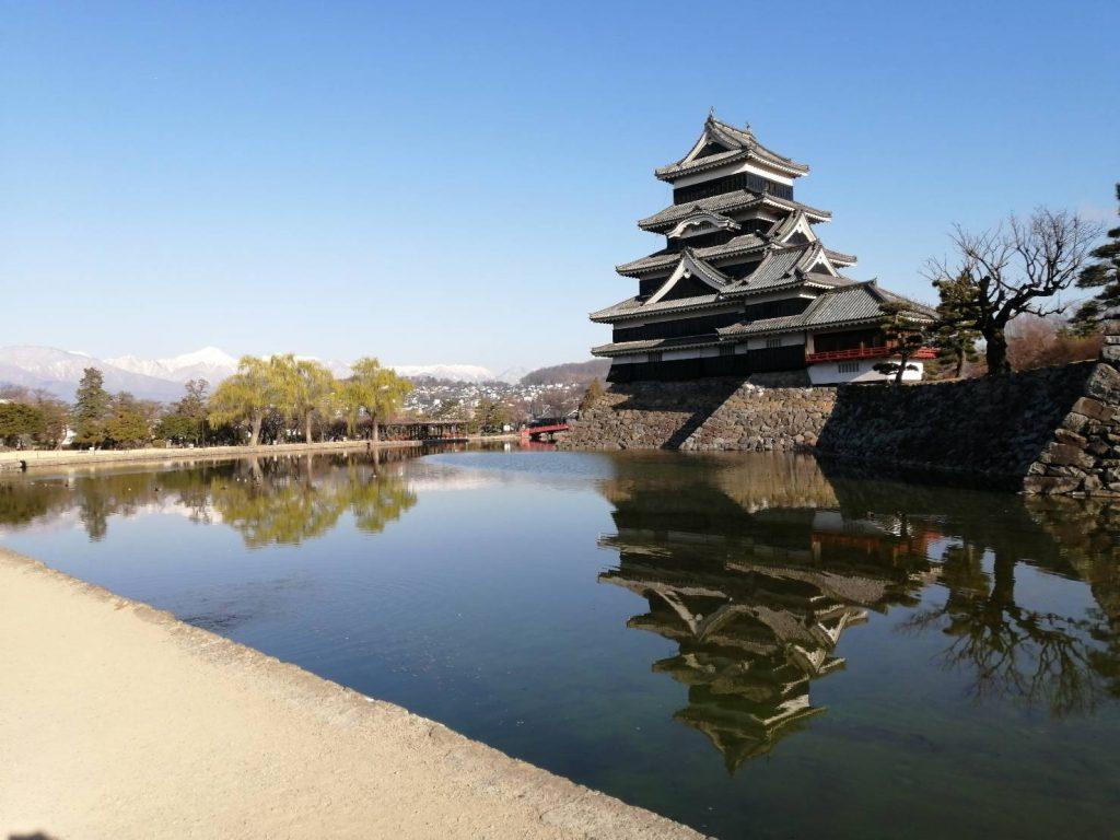 松本城と青空と山々