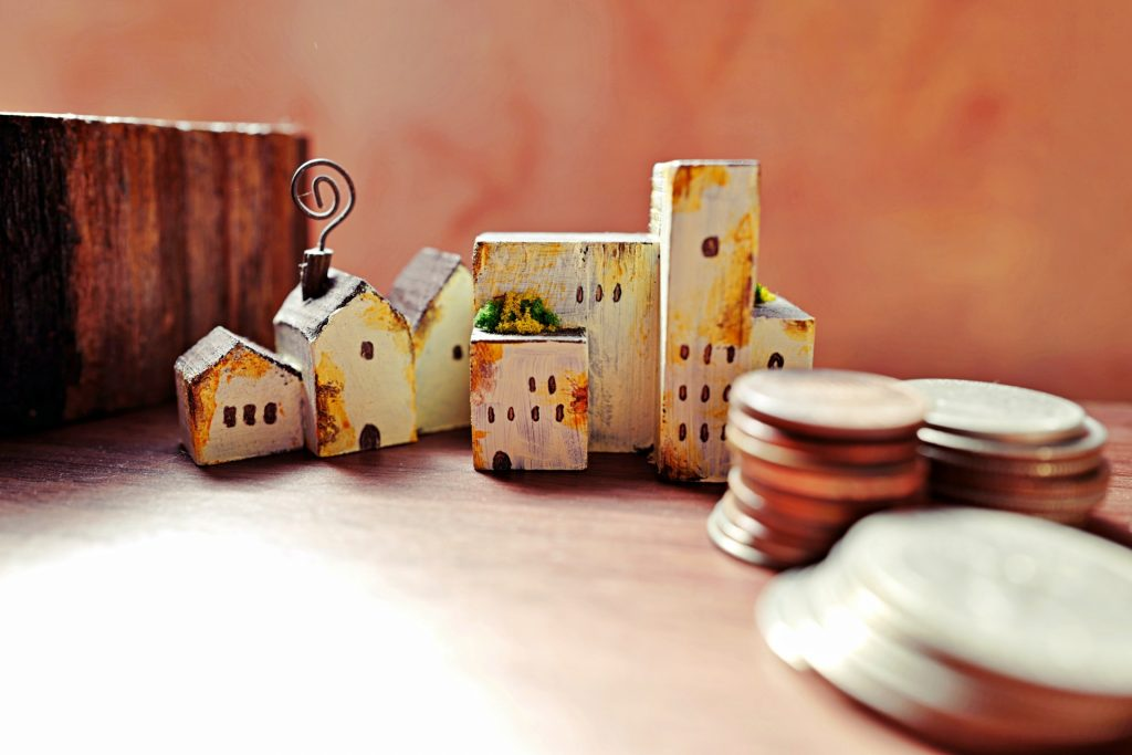 ぼろぼろのおもちゃの家とコイン