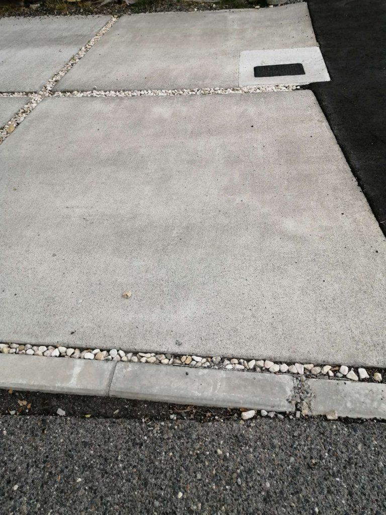 駐車スペースのコンクリートに切れ目(スリット)を入れている例
