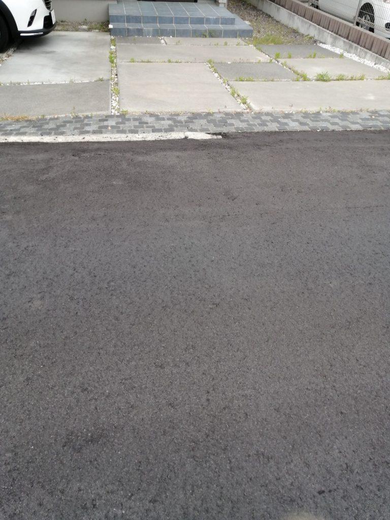 コンクリートのスリットに玉竜を植えて清涼感を出している例