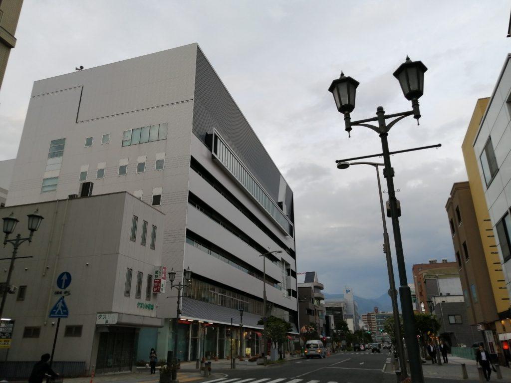 電線が地中化された松本駅前の空