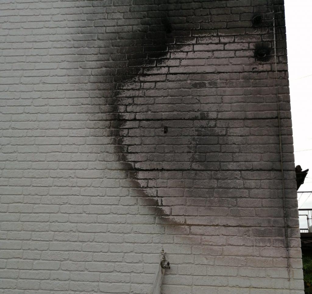 火災延焼被害で焦げた住宅の外壁