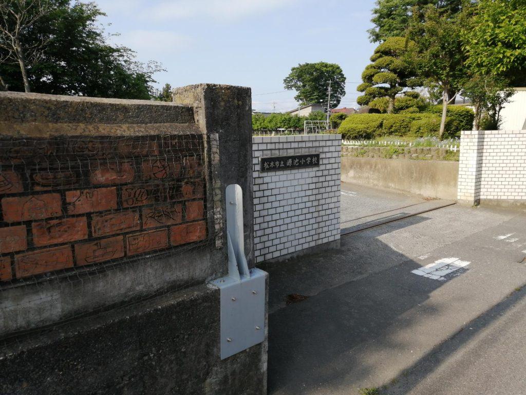 松本市立源池小学校の外壁に取り付けられた補強
