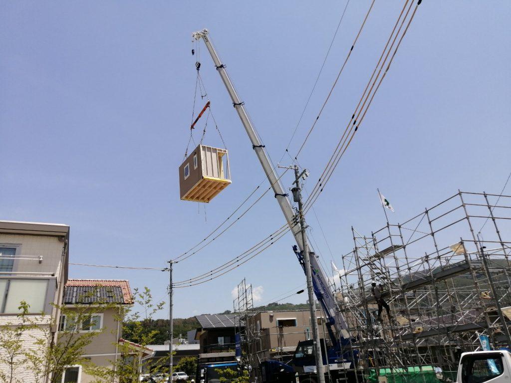 松本市水汲のスマートハイムシティにて鉄骨ユニットがクレーン車で釣り上げられている