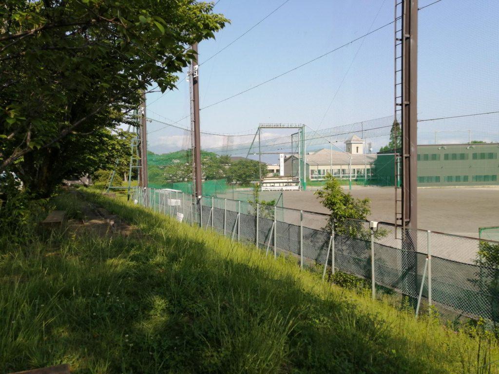 松本市松商学園の校庭と校舎