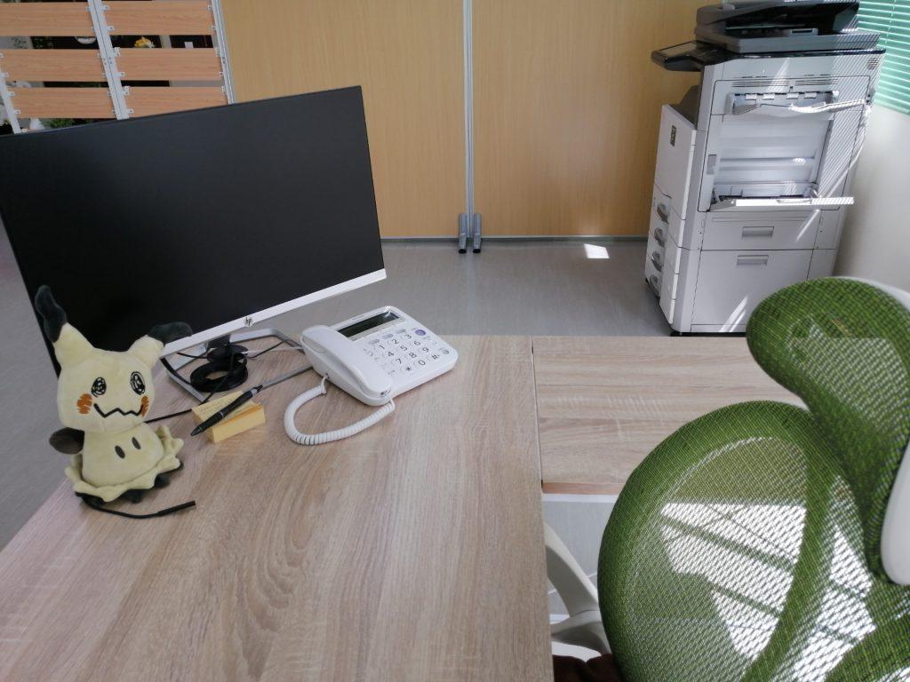 H.I.C不動産の事務机やモニターや電話や複合機