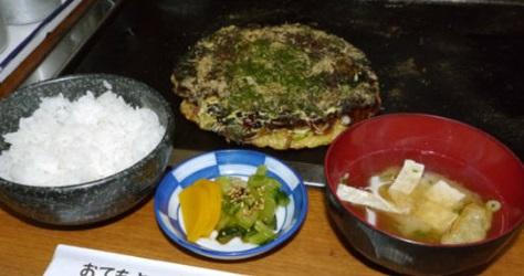 お好み焼きとごはんとみそ汁と漬物のお好み焼き定食