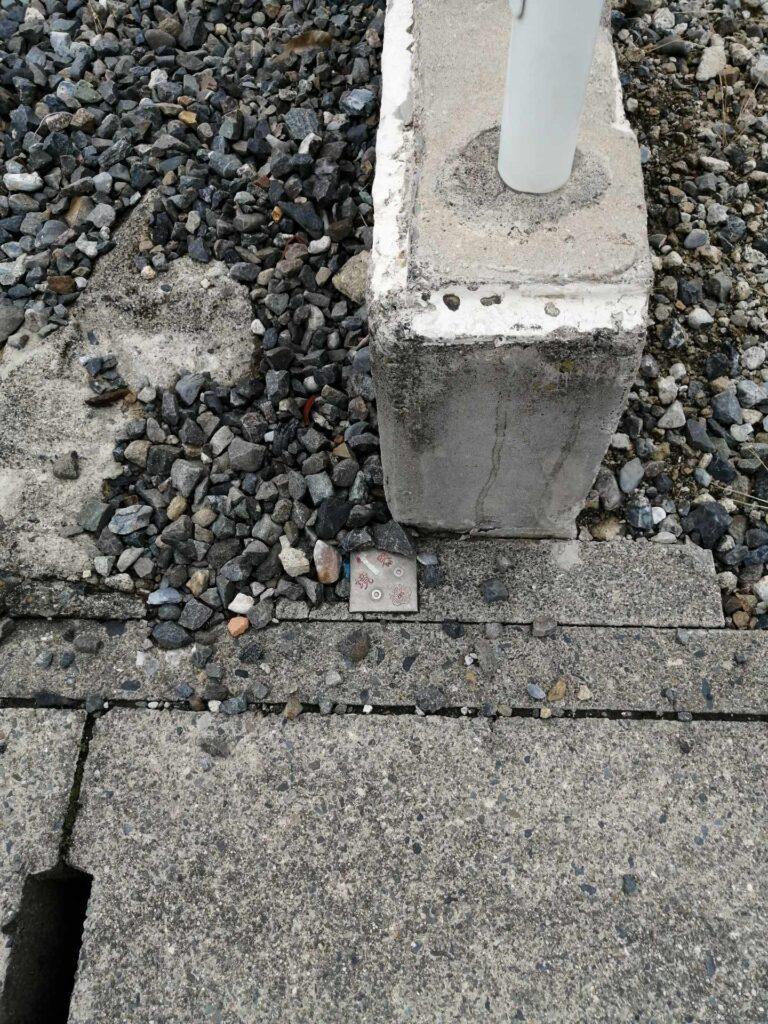 コンクリート地面に埋め込まれた測量済みの印