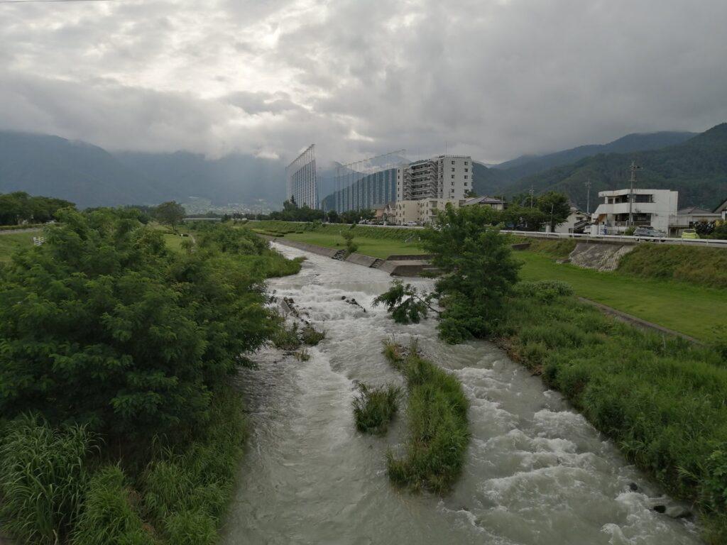 大雨で増水している薄川の様子