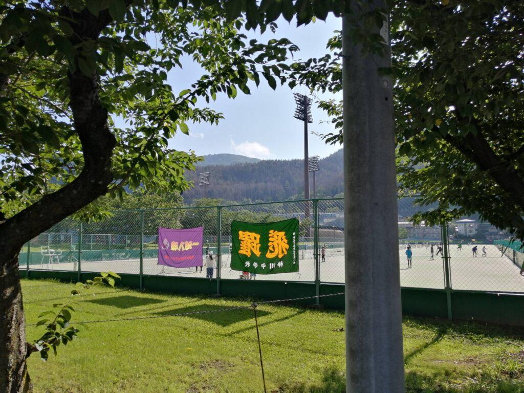 松本のテニスコートには日曜の早朝からたくさんの人が