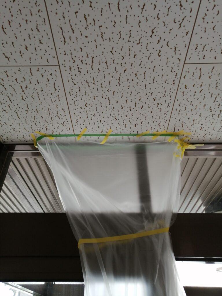 入口の天井付近からポタポタ雨漏り
