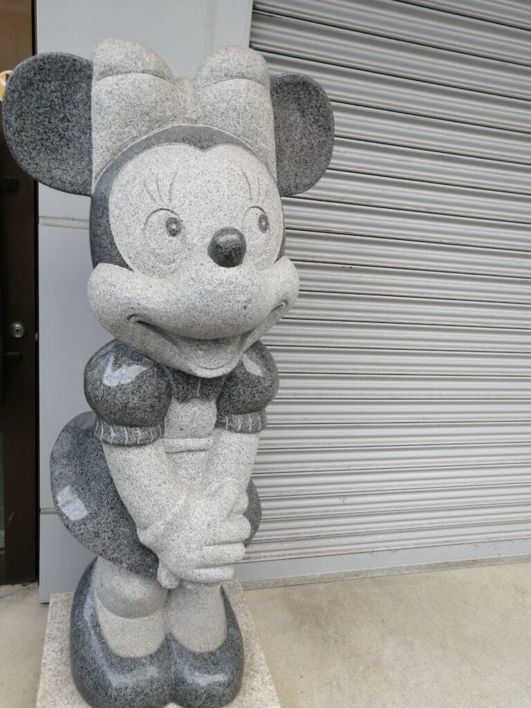 ちょっと目が怖いミニーちゃんの石像