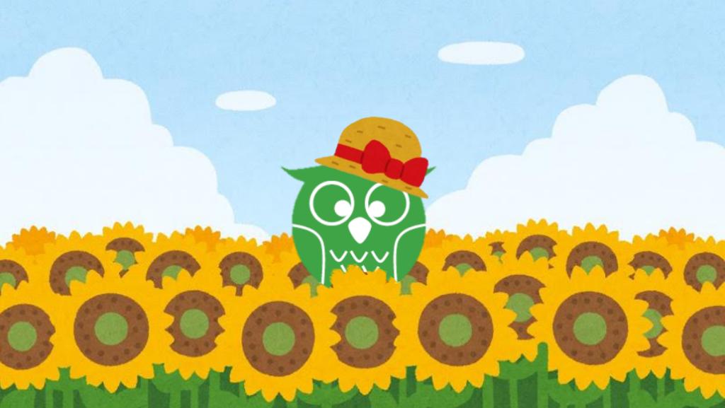 夏のひまわり畑にいる麦わら帽子を被ったあいしーちゃん