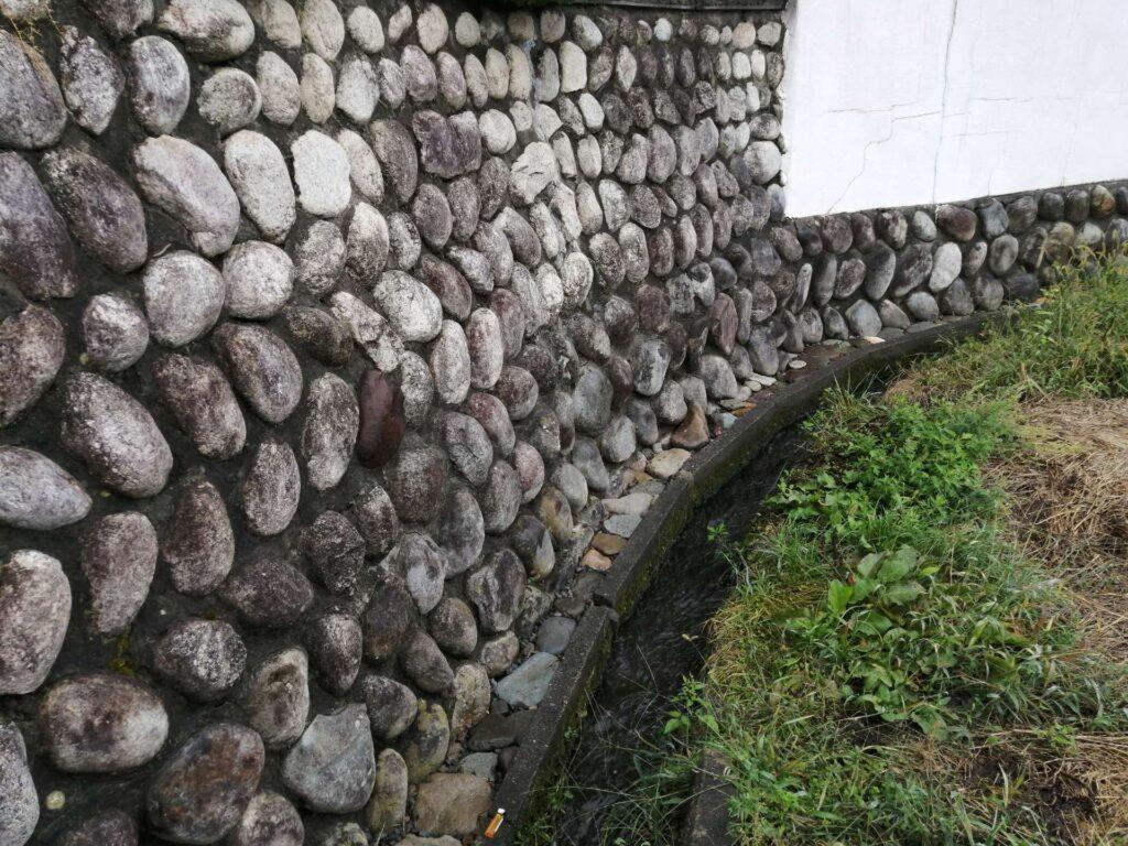 昔ながらの石造りの擁壁