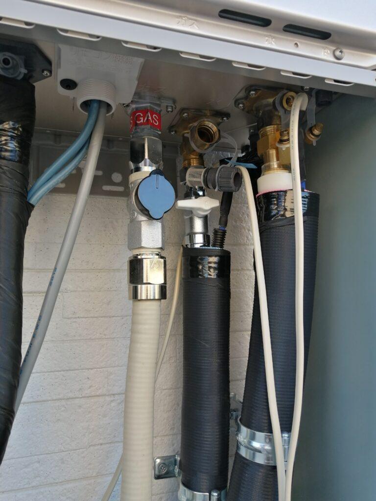 ECOジョーズの配管。栓を抜いて水抜きしています。