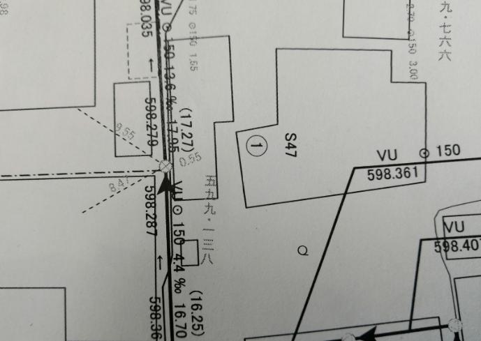配管図で近隣民地の敷地内を通って布設されていることが確認できます