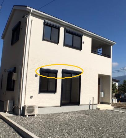 窓にシャッターが備え付けられた塩尻市大門七番町の新築建売住宅