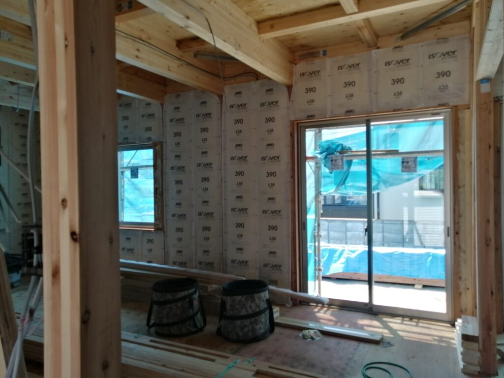 建築中、丁寧に施工されている断熱材