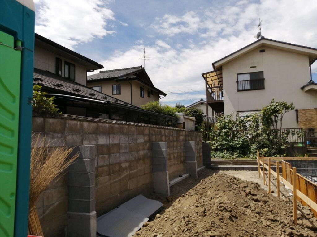 古いブロック塀に支え壁といわれる補助壁を設置しています