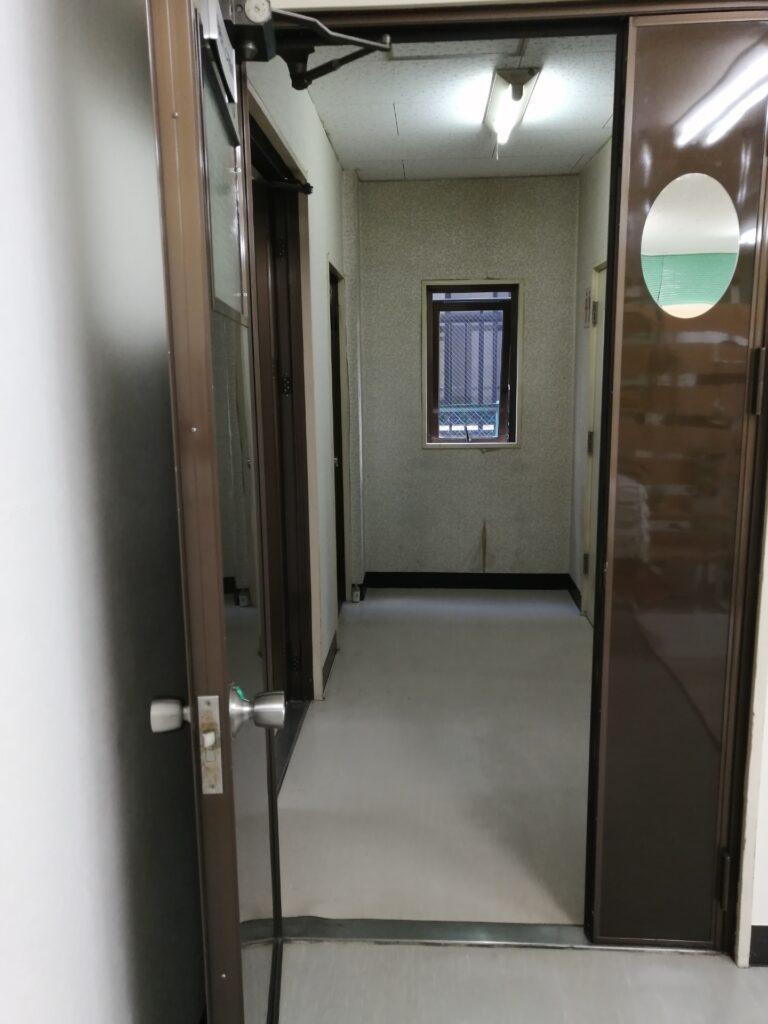 事務所ドアと廊下窓を開けて換気しています