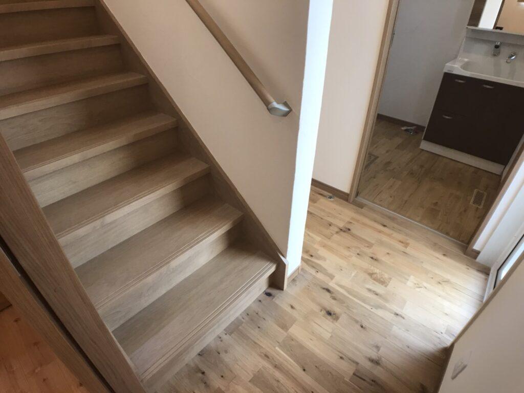 無垢材を使った廊下と階段
