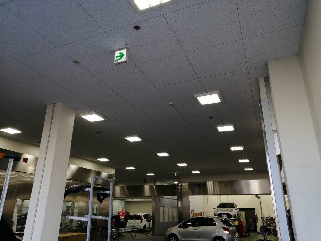 綺麗で整然とした自動車修理工場