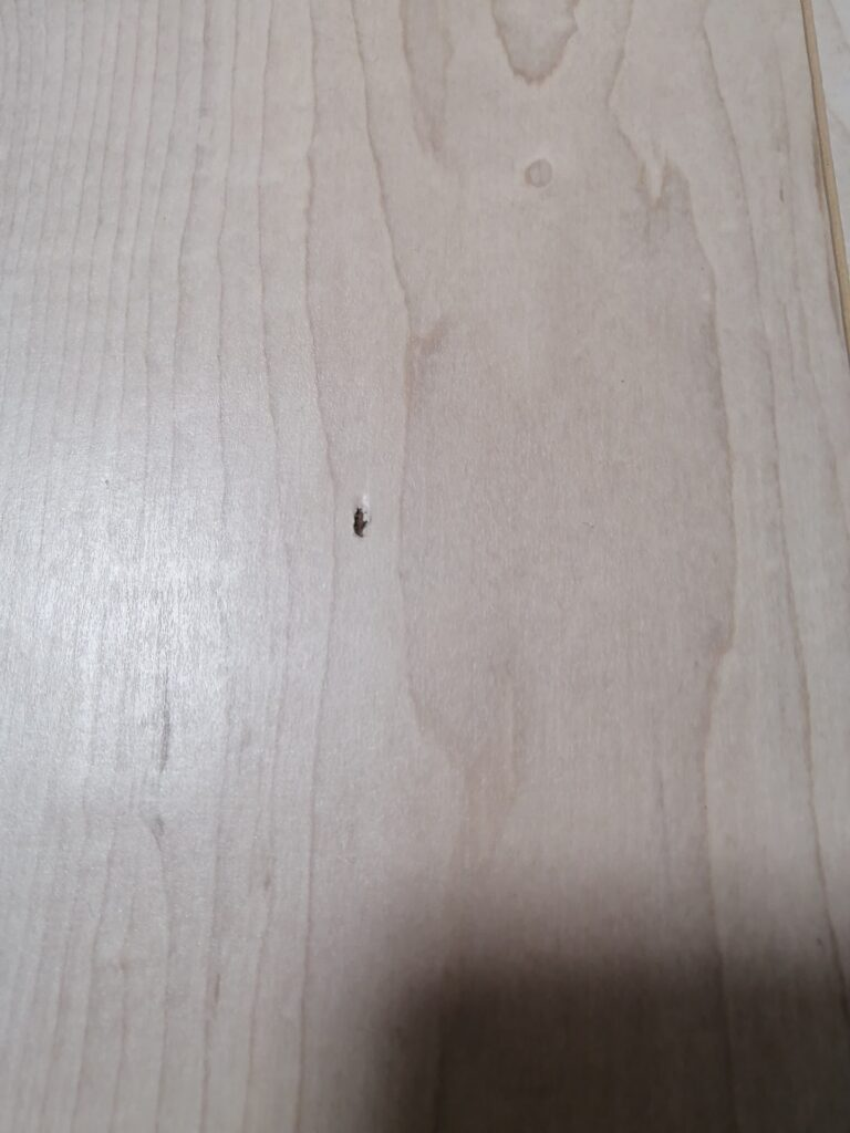 床フローリングのキズ、何か落としたのでしょうか