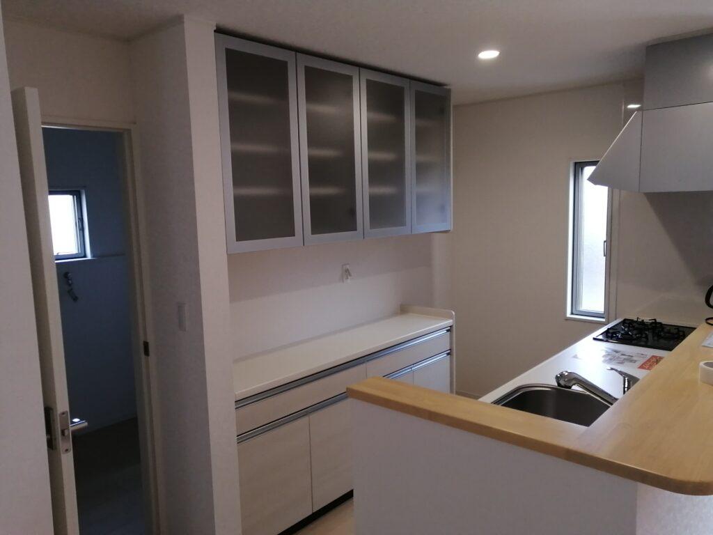 システムキッチンと同メーカーの食器棚・カップボードを後付けしたキッチン