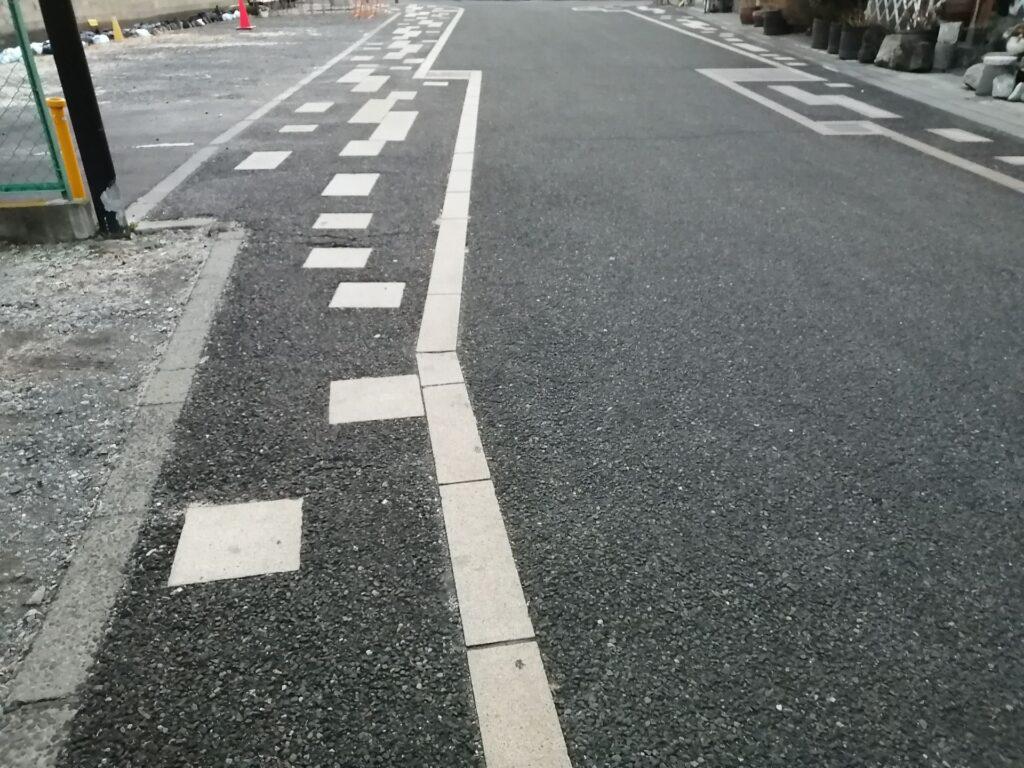 イオンモール松本南側市街地の道路は白線が凸凹