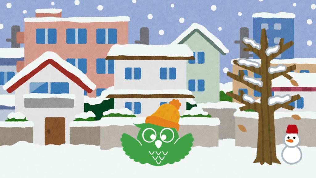 雪が降り積もる街とあいしーちゃんと雪だるまのイラスト