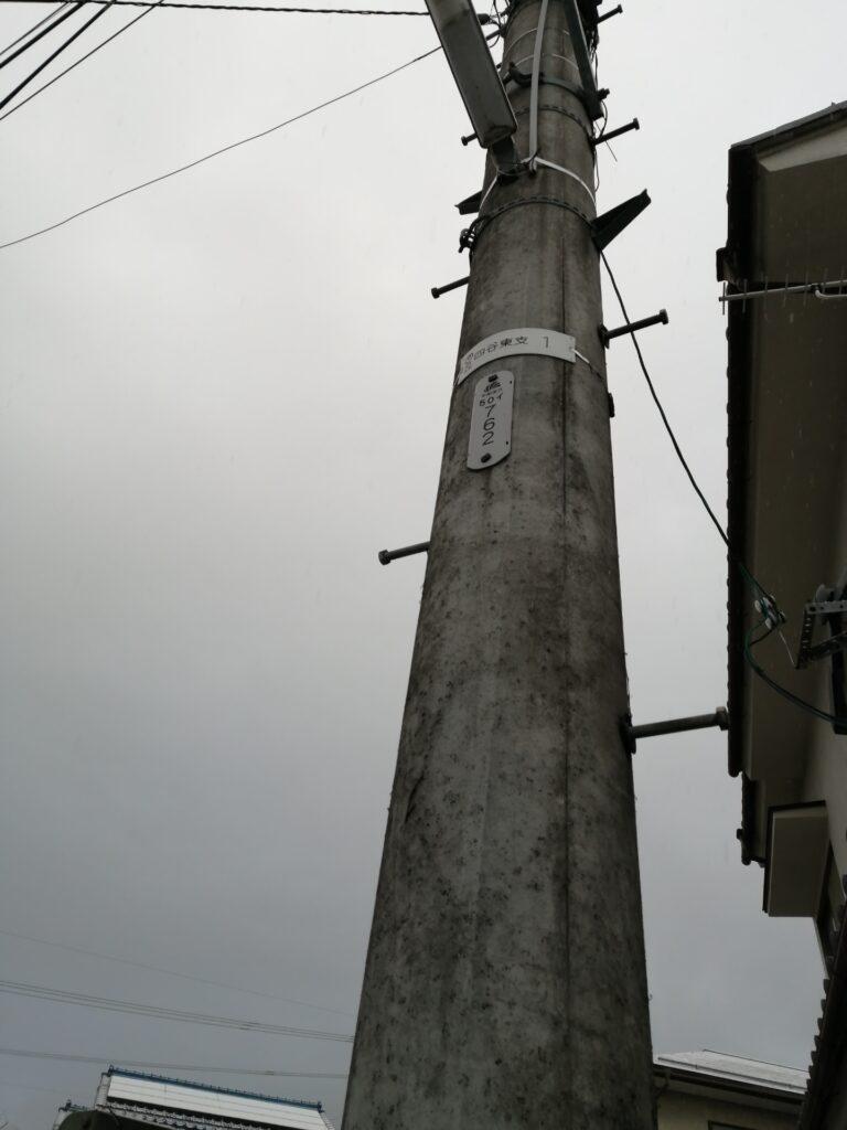 電柱に通常縦に貼ってあるプレートが所有会社の表示です