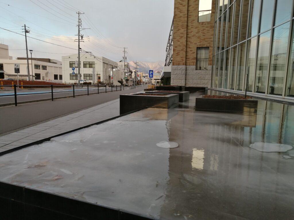 イオンモール松本のオブジェも凍っています