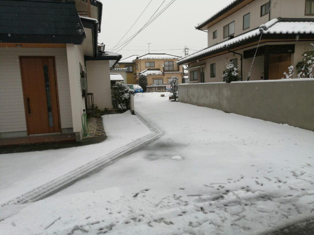 雪が積もった共有道路
