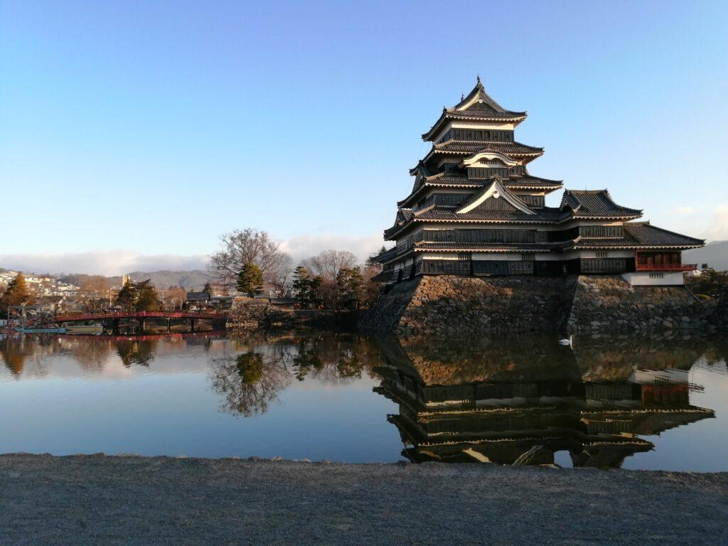松本城のお堀にしゅんせつ船が浮かんでいる