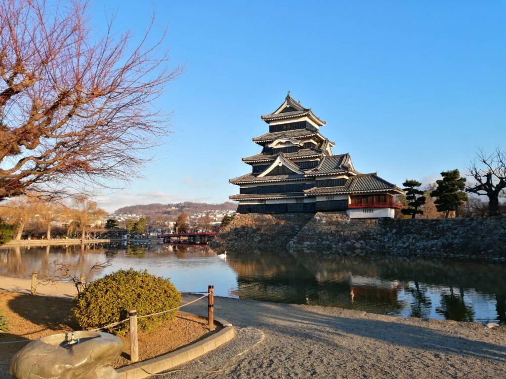 朝日に照らされる松本城