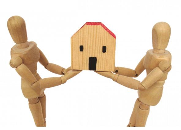 家を持ち合う人形の写真