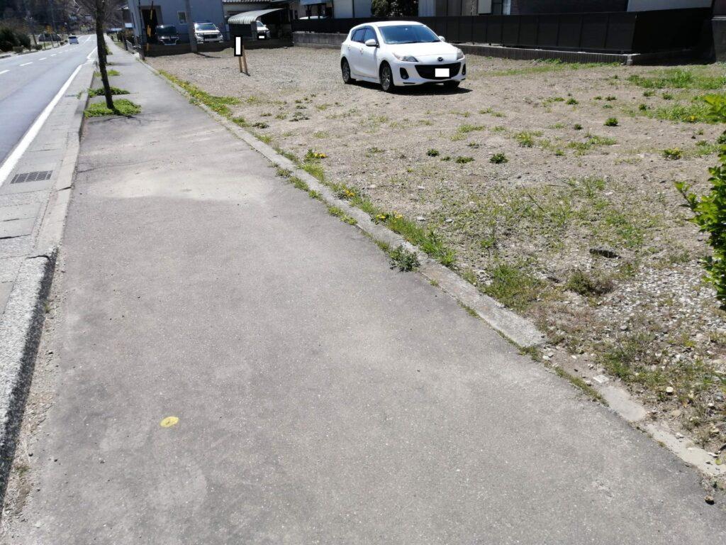 歩道沿いの土地