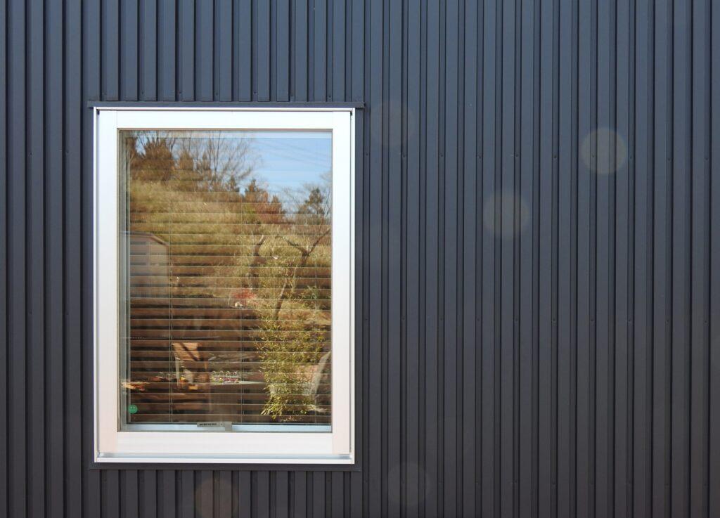 ガルバリウム鋼板と窓
