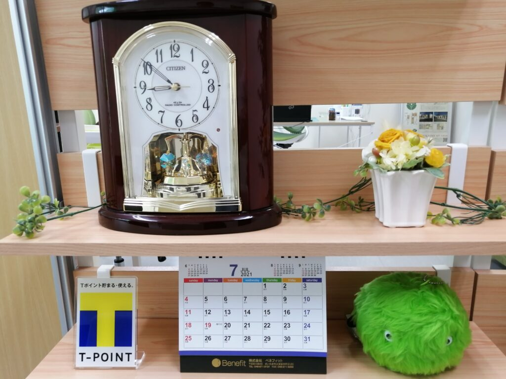 H.I.C不動産応接室のカレンダーと時計