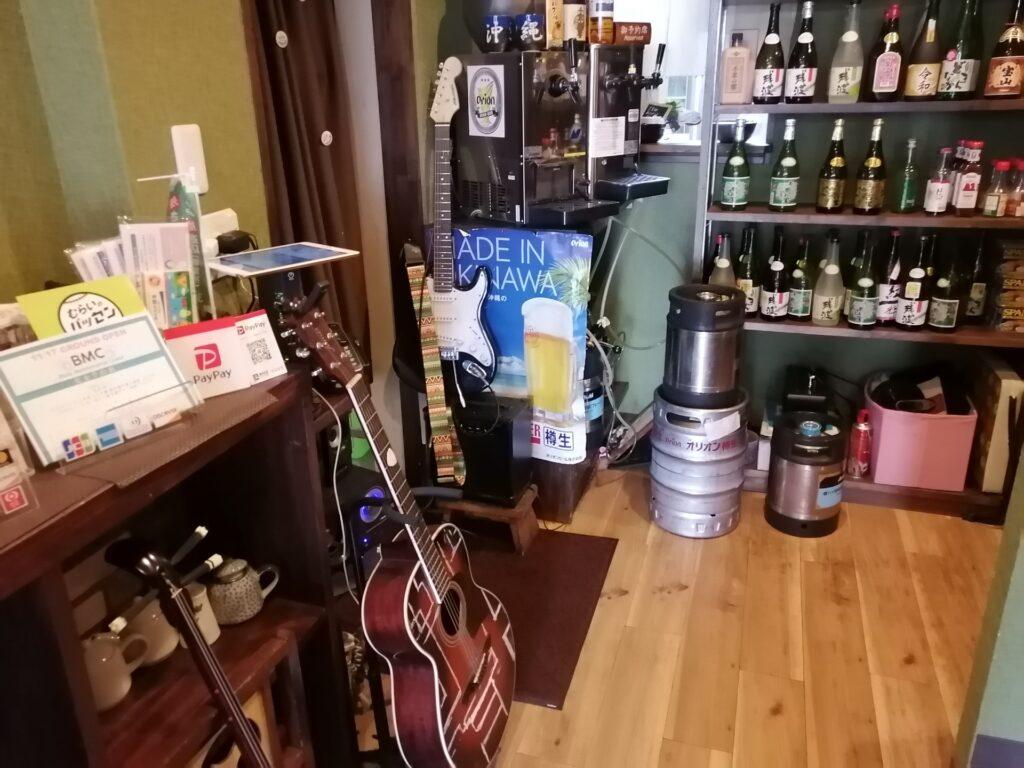 店主のご趣味の楽器が飾られています