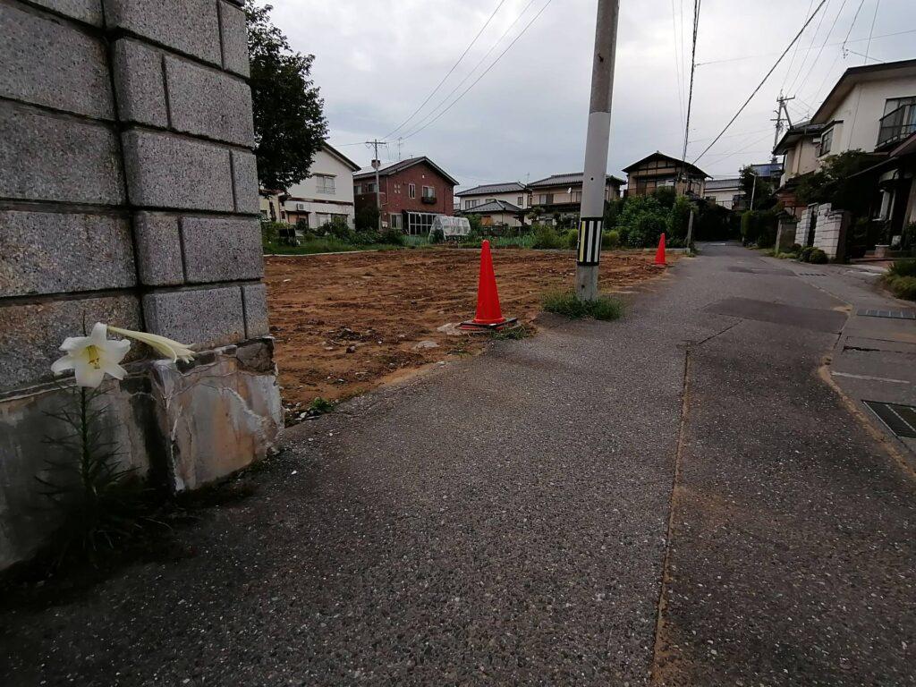 松本市元町の新築建売住宅建築予定現場に咲くゆりの花