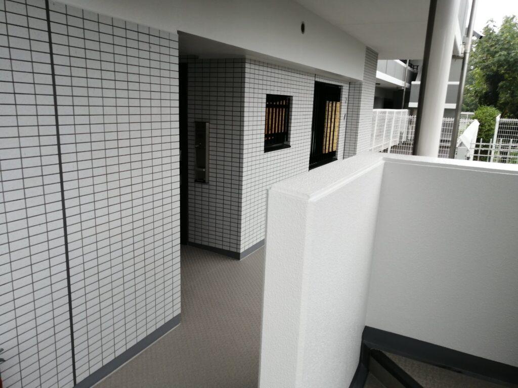修繕工事が施されたマンション共用部分の廊下