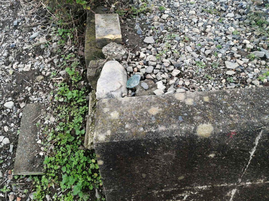 松本市島立の土地の境界にあるコンクリート杭と赤ペンキの標